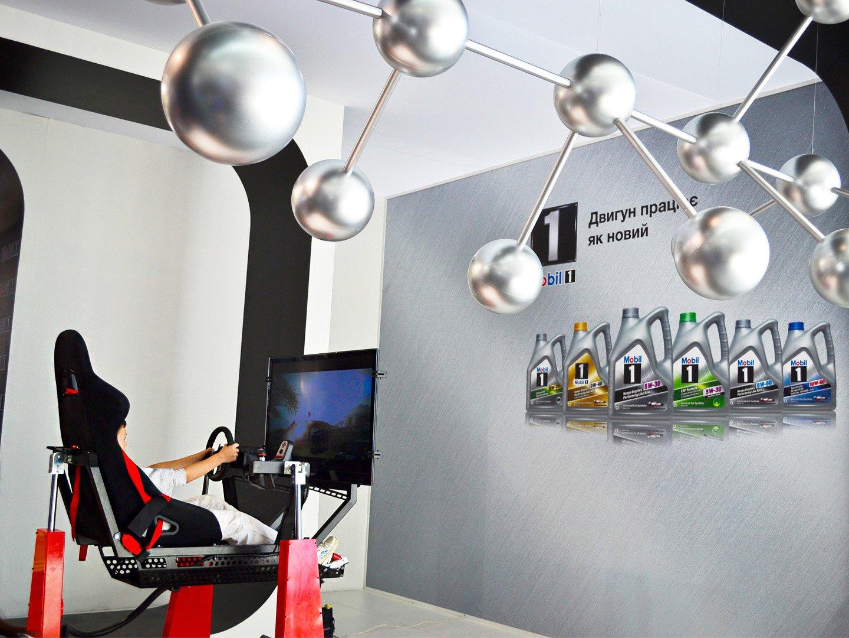 Выставочный стенд с автосимулятором на автомобильной выставке