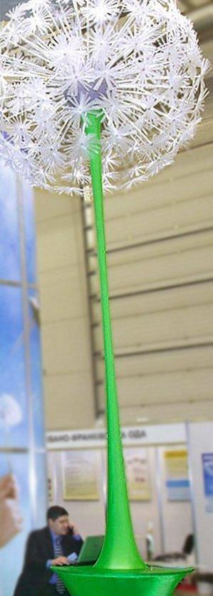 Стенд компании DTEK с высоким искусственным цветком