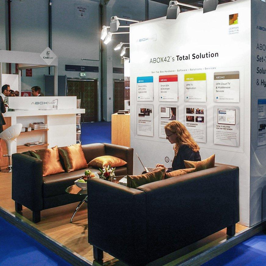 стенд с диванами для немецкой компании на выставке в ОАЭ