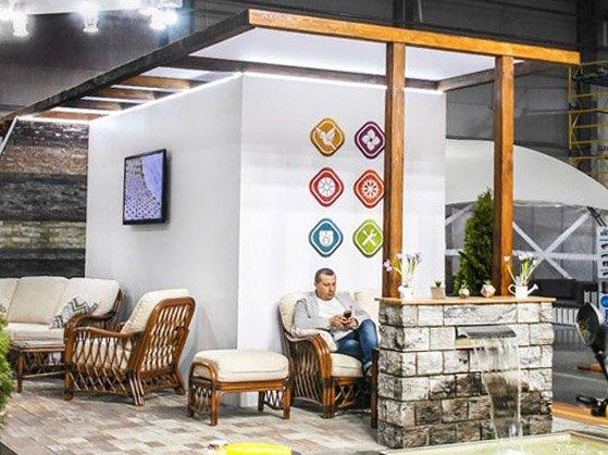 Лаунж-зона с мебелью и мини-фонтаном на выставочном стенде