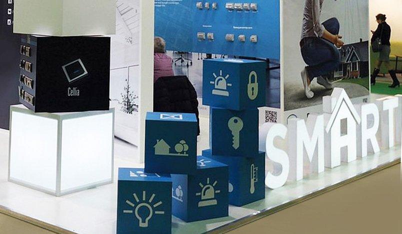 Стенд на выставке в Москве со светящимися кубами