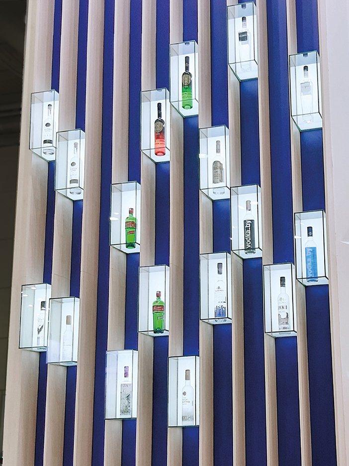 Выставочный стенд со стеклянными коробками для бутылок с алкогольными напитками