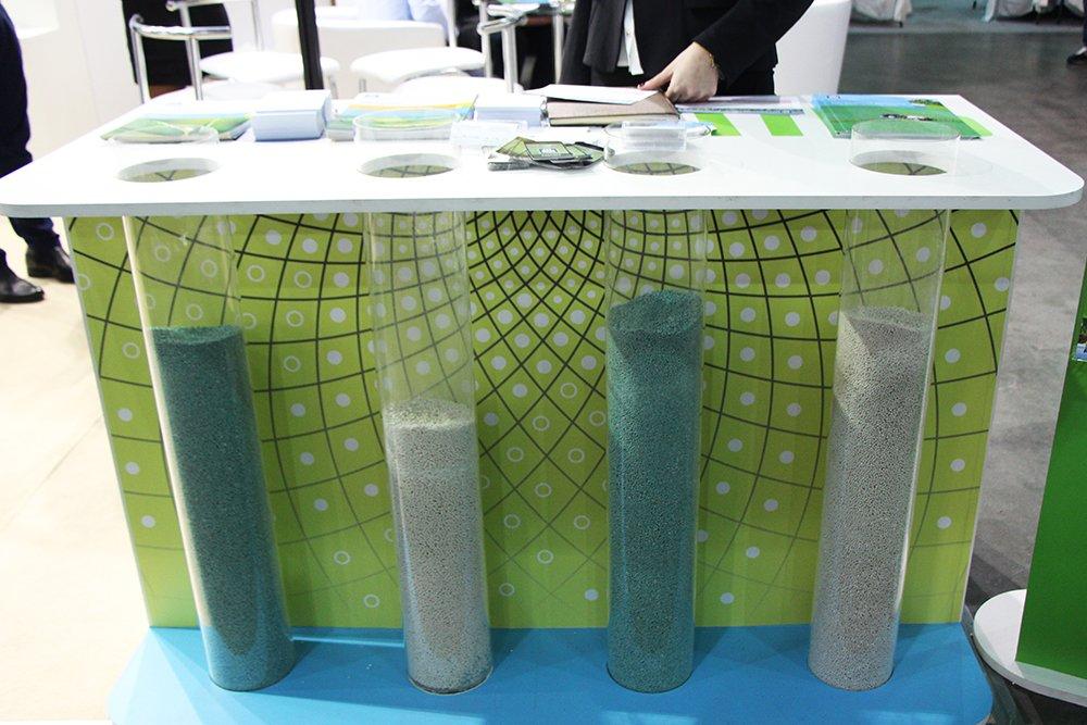 Стеклянные колбы с продукцией компании на эксклюзивном стенде на выставке